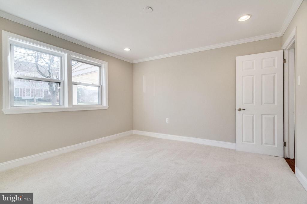 Master Bedroom on Main Floor - 132 N DONELSON ST, ALEXANDRIA