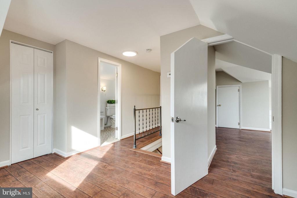 Upstairs Hallway - 132 N DONELSON ST, ALEXANDRIA