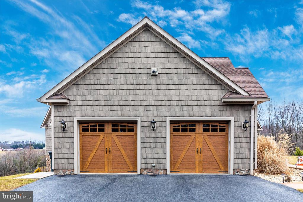 Attached over sized two car garage - 7235 WOODVILLE RD, MOUNT AIRY