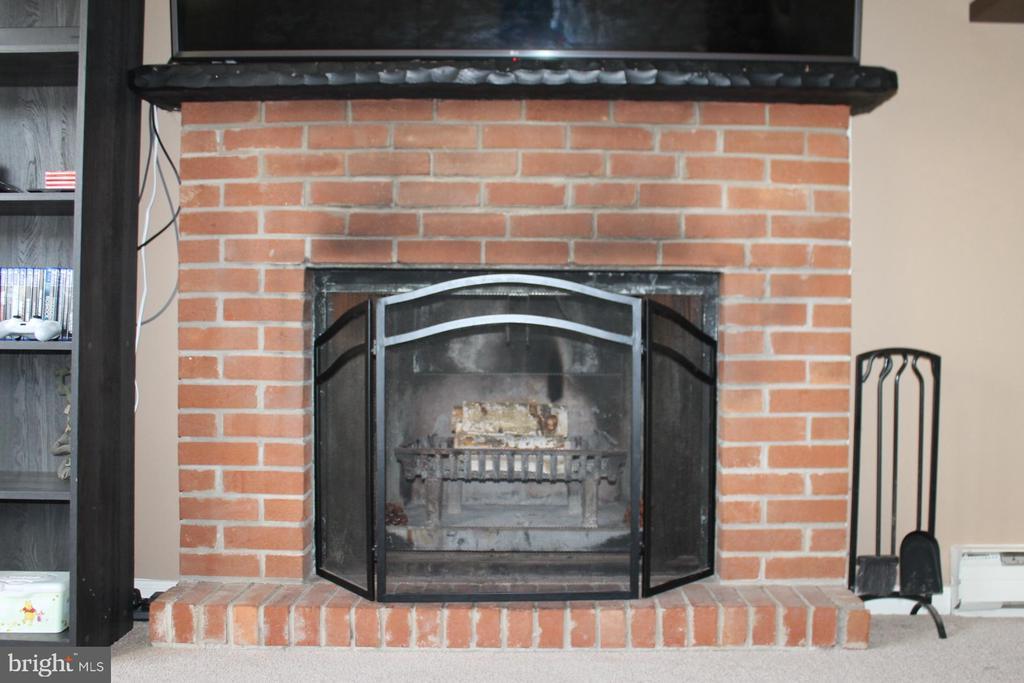 Wood burnging fireplace - 104 EDGEMONT LN, LOCUST GROVE