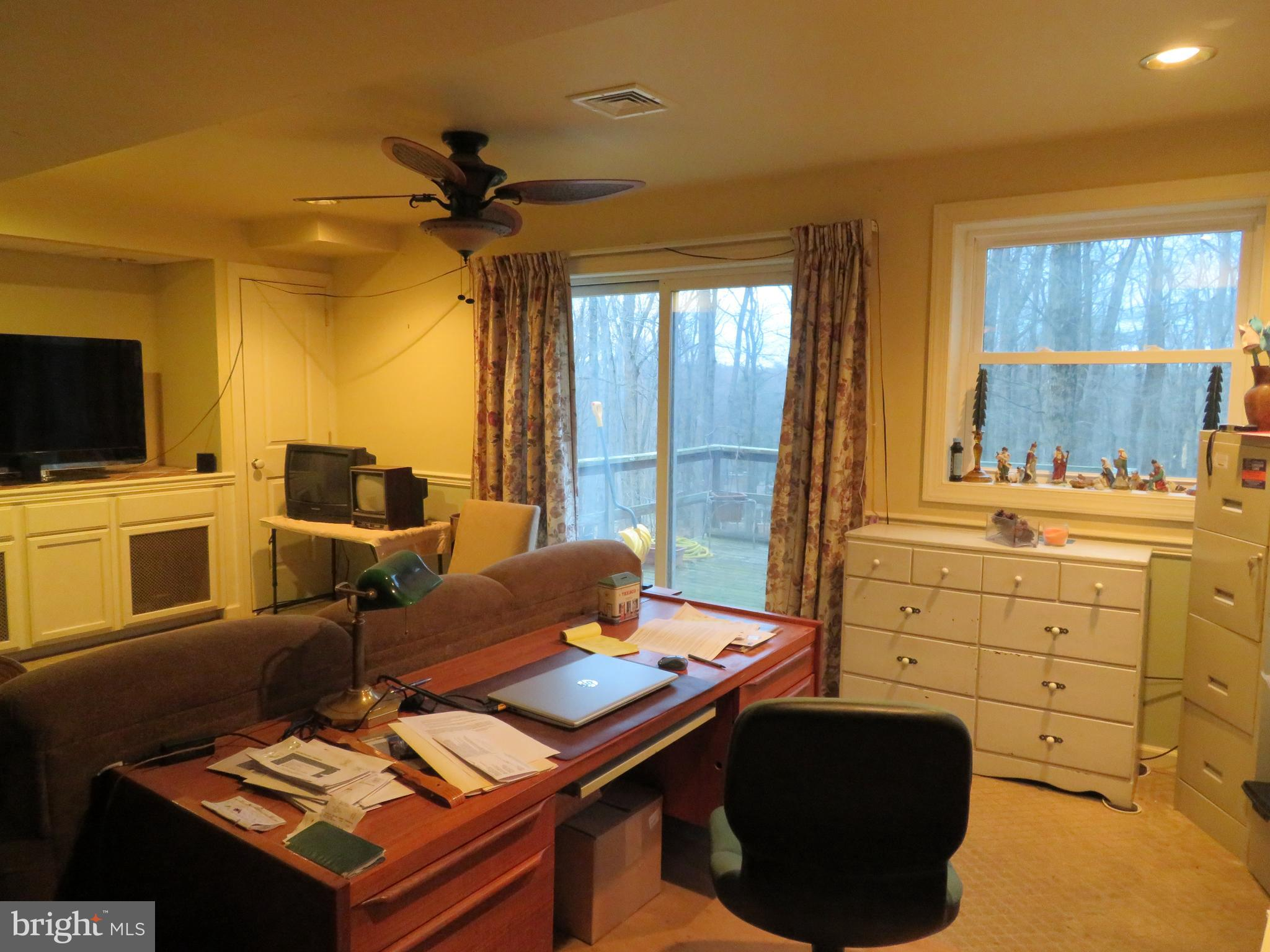 Family room has ceiling fan!
