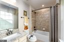 Shared hall bath - 14311 BENTLEY PARK DR, BURTONSVILLE