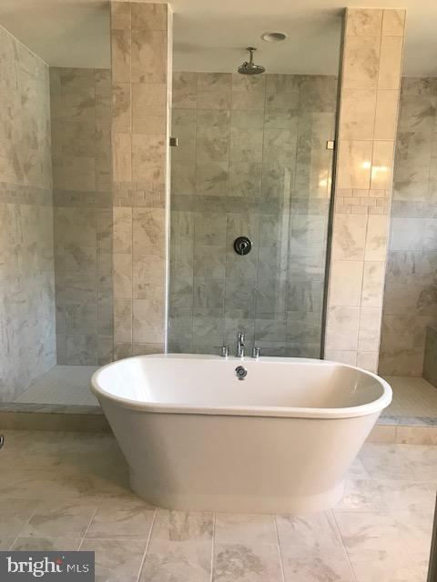 Owners Soaking Tub & Shower Room Behind - 3708 WHISPER HILL CT, UPPER MARLBORO