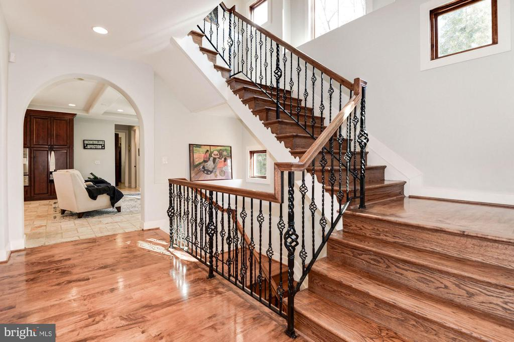 Going upstairs - 1231 INGLESIDE AVE, MCLEAN