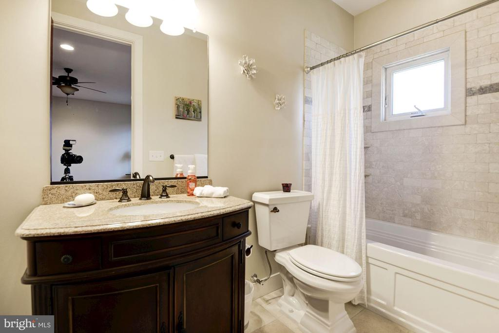 Ensuite bathroom attached to Bedroom #2 - 1231 INGLESIDE AVE, MCLEAN