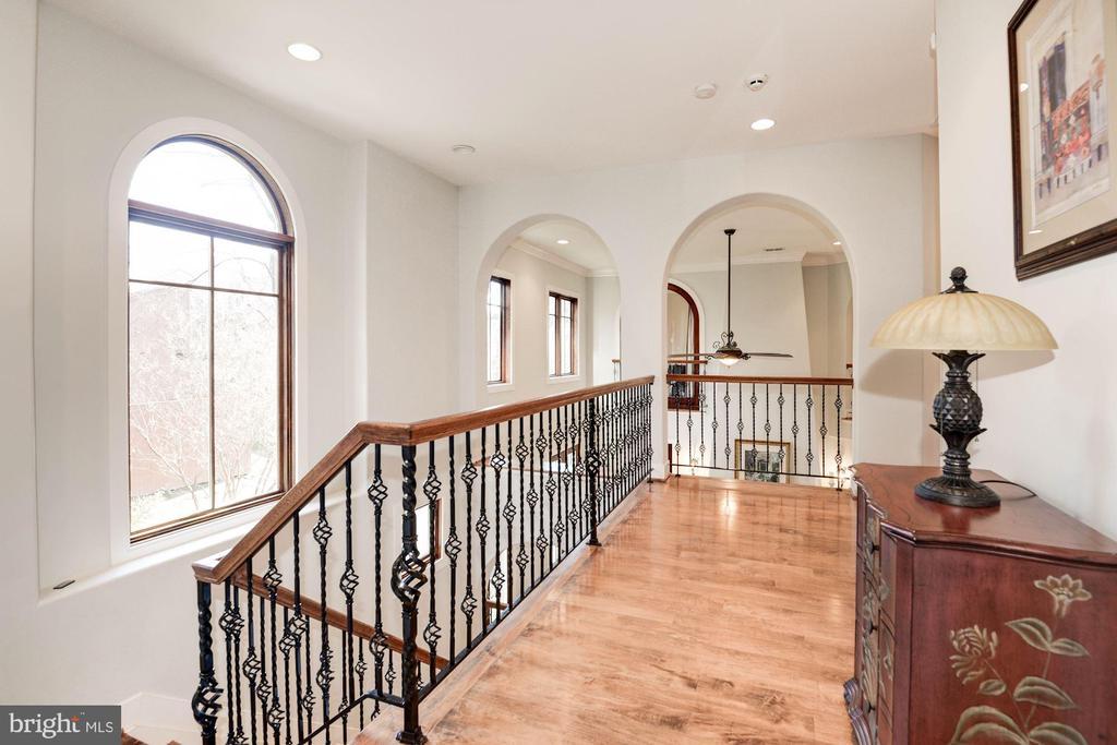 Upper level hallway - 1231 INGLESIDE AVE, MCLEAN