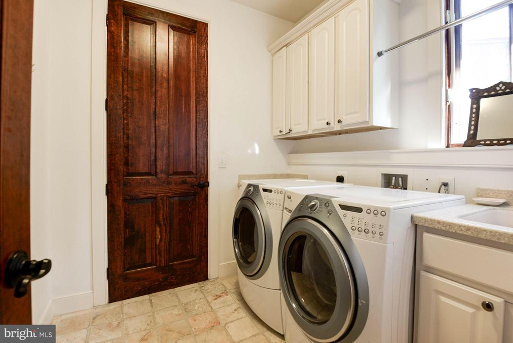 Main level laundry/mudroom - 1231 INGLESIDE AVE, MCLEAN