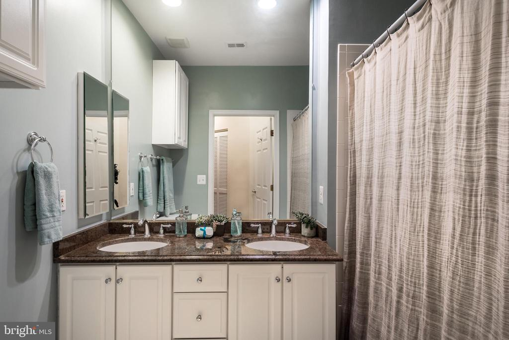 Spacious bath~Dual vanity~Tub/Shower - 2310 14TH ST N #301, ARLINGTON