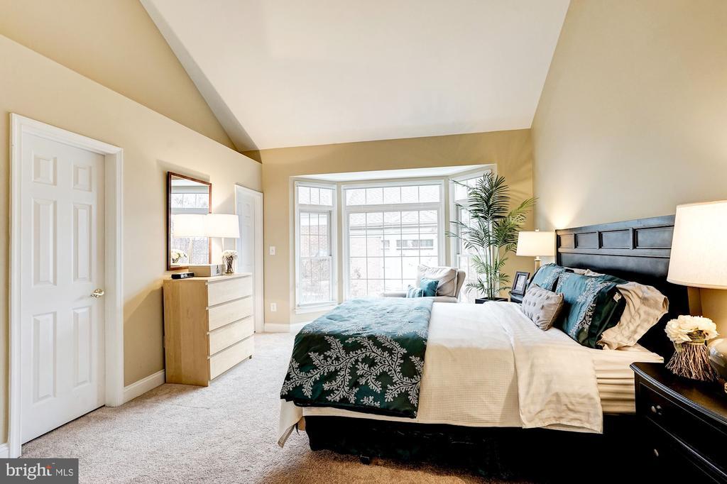 Vaulted ceilings and walk in closet - 2137 N PIERCE CT, ARLINGTON