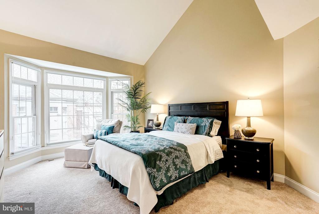 Large master bedroom - 2137 N PIERCE CT, ARLINGTON