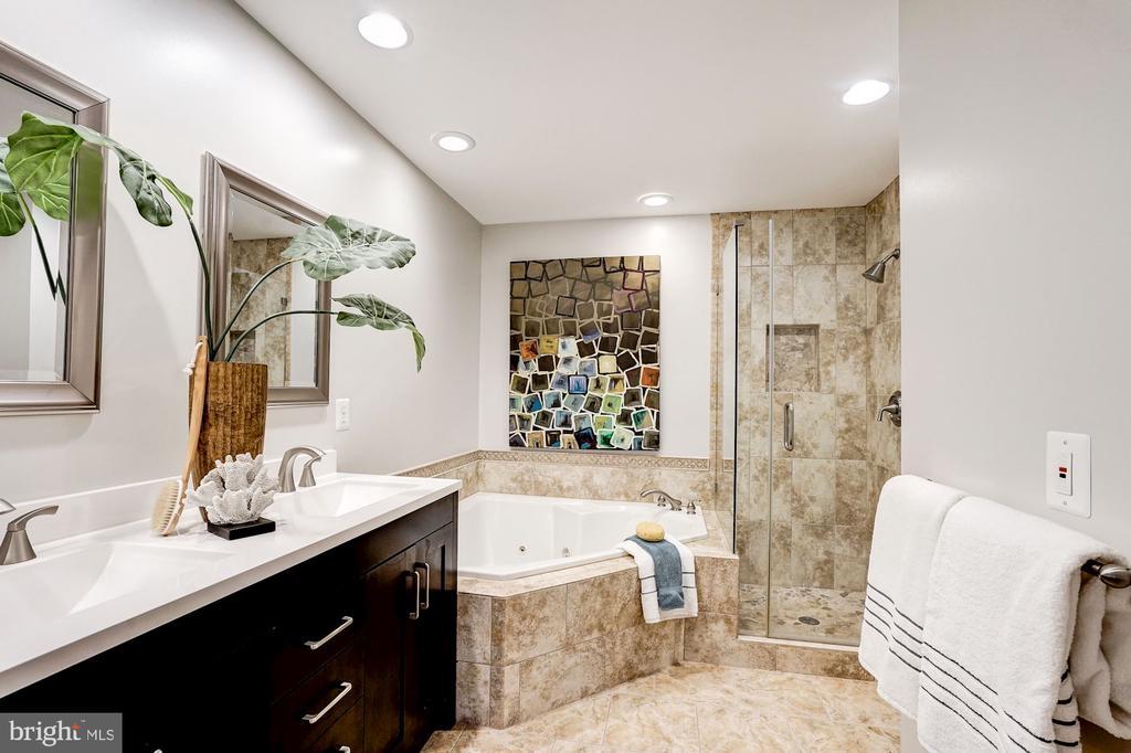 Master bathroom - 2137 N PIERCE CT, ARLINGTON