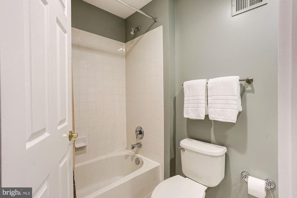 Full bathroom - 2137 N PIERCE CT, ARLINGTON