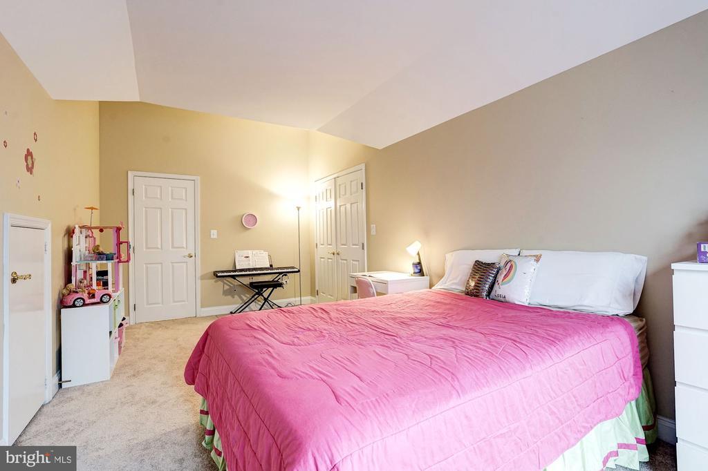 Large  fourth level bedroom - 2137 N PIERCE CT, ARLINGTON