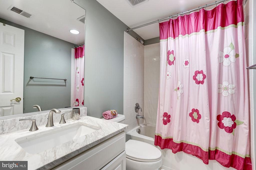 Fourth level bathroom - 2137 N PIERCE CT, ARLINGTON