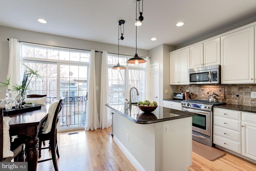 Large kitchen with breakfast area - 2137 N PIERCE CT, ARLINGTON