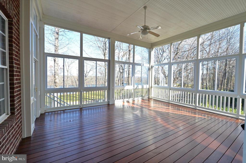 Enclosed porch off family room - 18184 SHINNIECOCK HILLS PL, LEESBURG