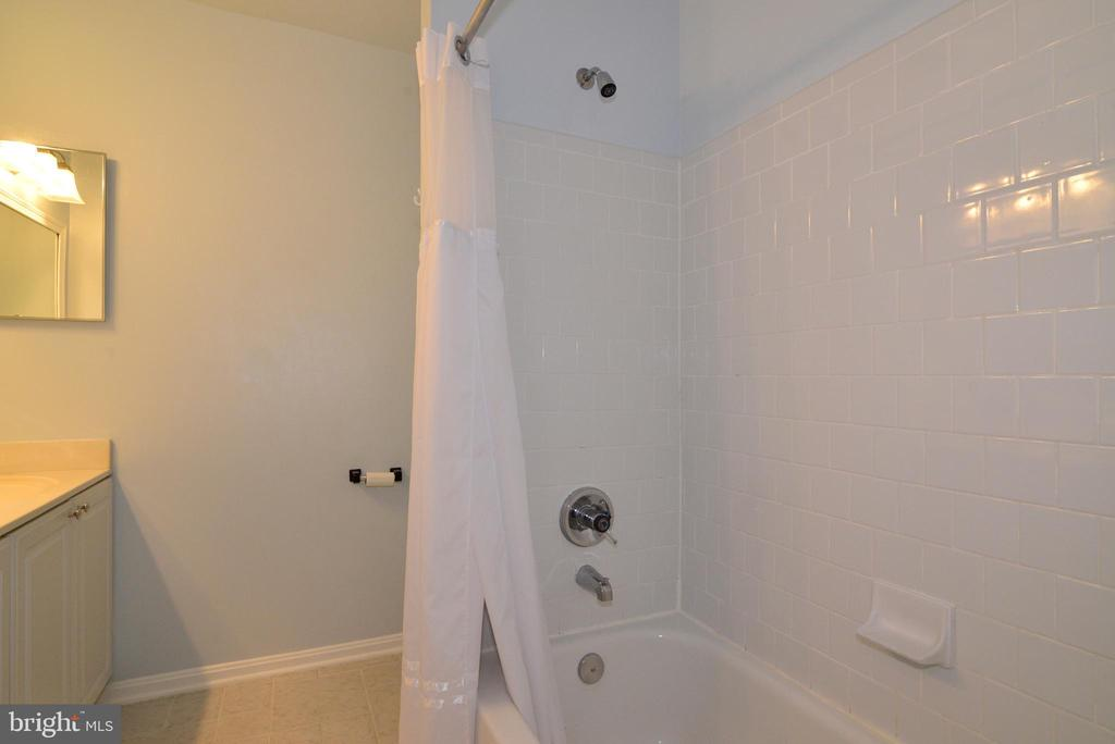 Upper Bathroom. - 47408 GALLION FOREST CT, STERLING