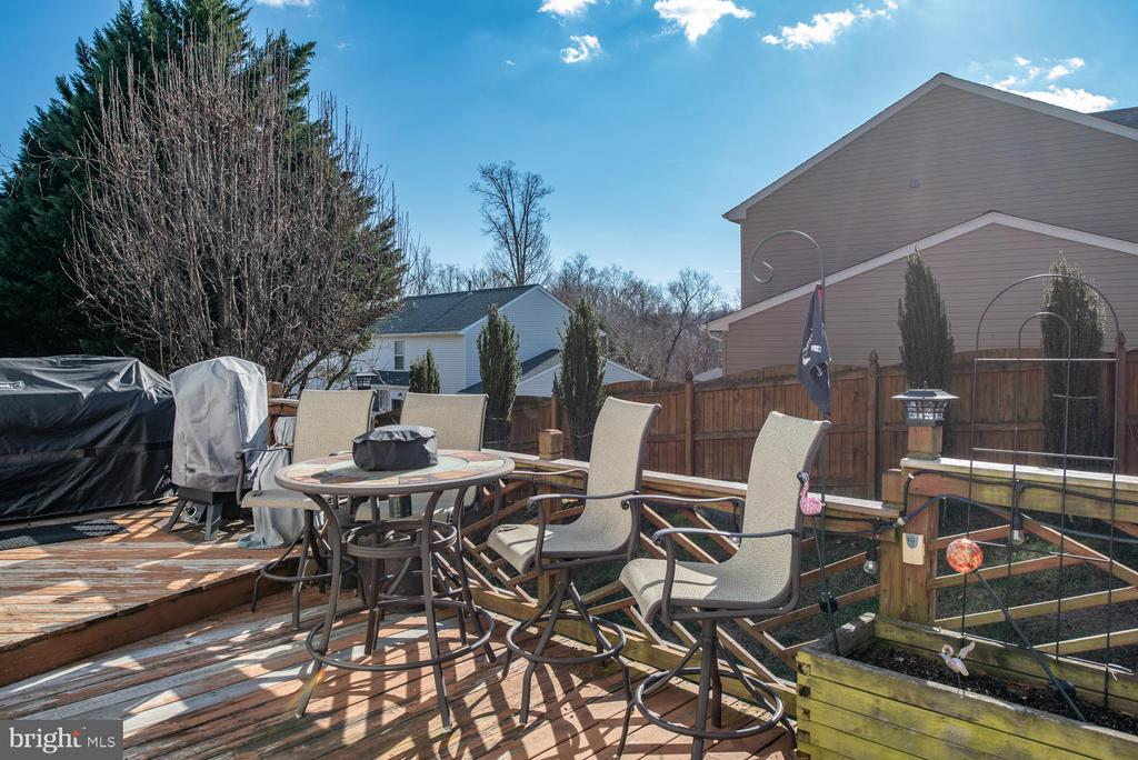 Large Multi-Tiered Deck perfect for entertaining! - 8 STONERIDGE CT, STAFFORD
