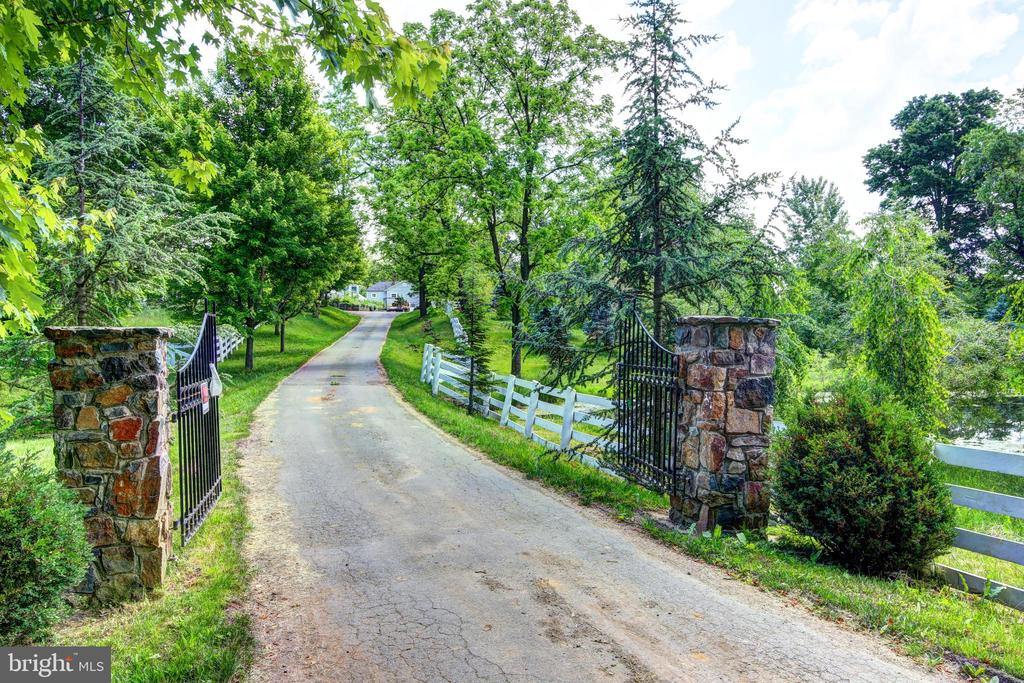 Gated entrance - 16960 IVANDALE RD, HAMILTON