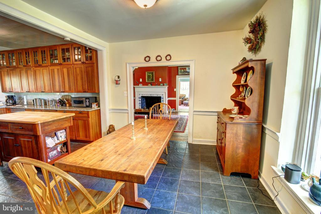 Kitchen with plenty of space for large table - 16960 IVANDALE RD, HAMILTON