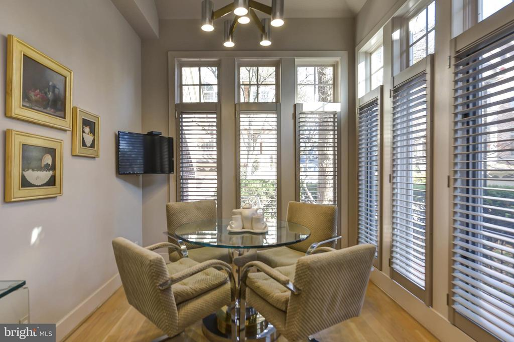 Light filled breakfast area - 5818 MADAKET RD, BETHESDA