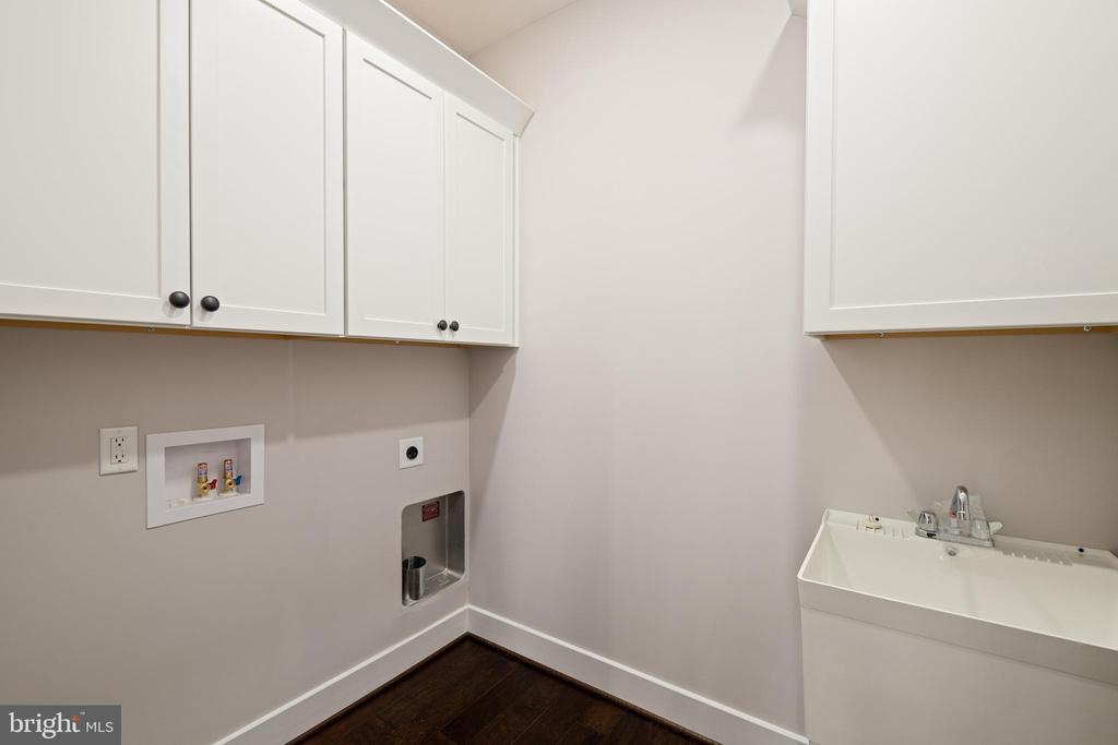 LAUNDRY ROOM W/UTILITY SINK - 466 COURTHOUSE RD, STAFFORD