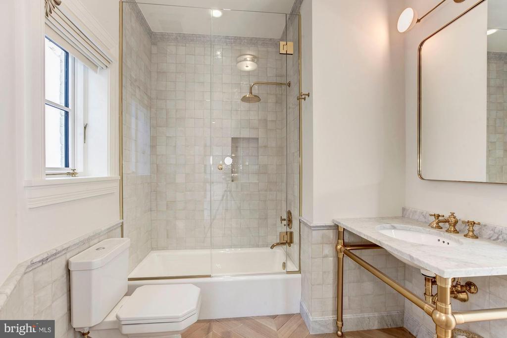 Full bath - 2318 20TH ST NW, WASHINGTON