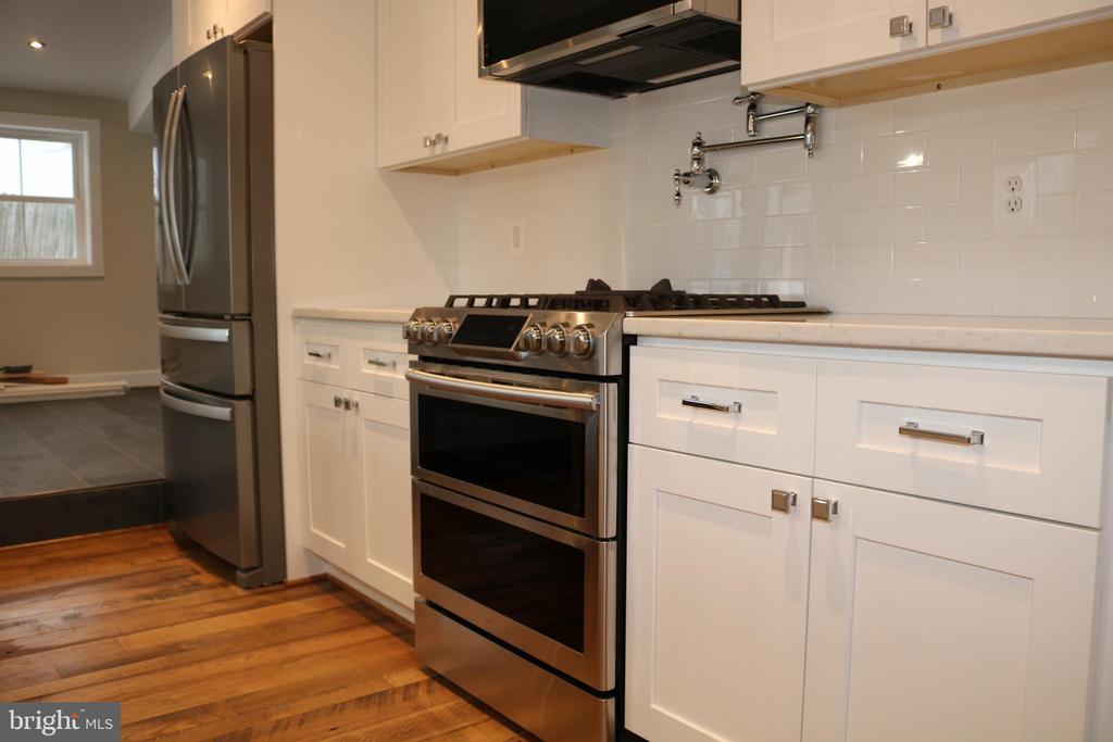 Six burner gas stove. - 36 MAIN ST, ROUND HILL