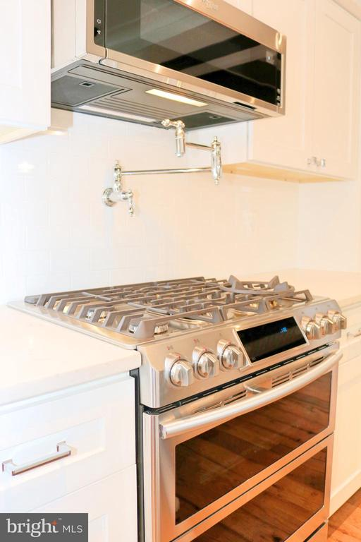 Stove, microwave and pot filler. - 36 MAIN ST, ROUND HILL