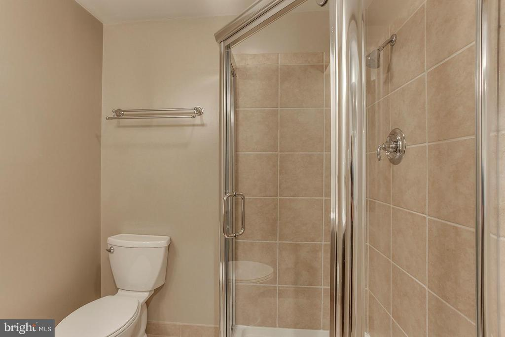 Lower level full bath - 2522 S WALTER REED DR #4, ARLINGTON