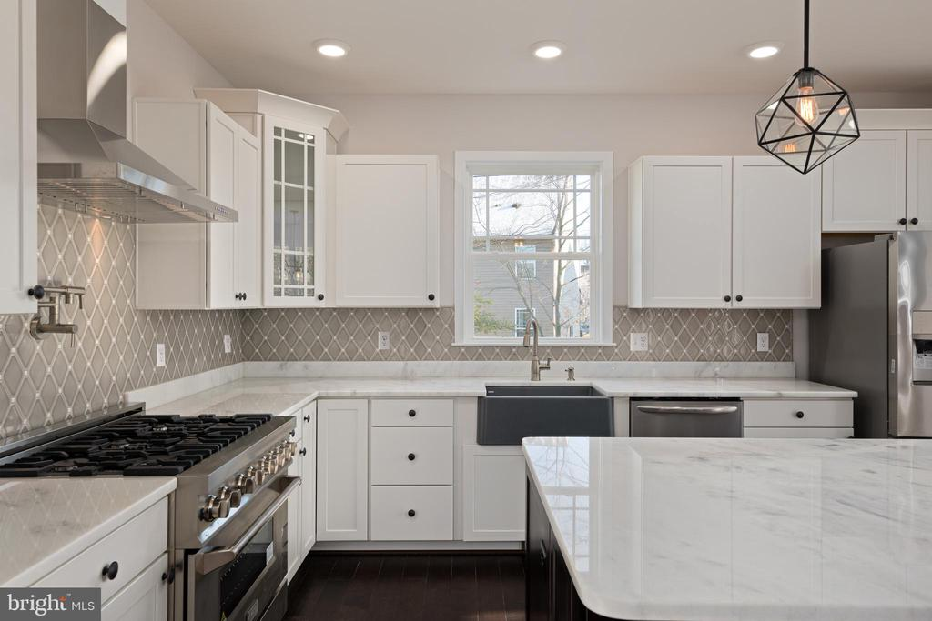 MASTERFULLY DESIGNED KITCHEN - 466 COURTHOUSE RD, STAFFORD