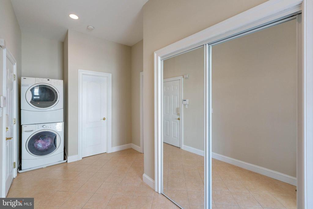 Mud Room / Laundry Room on Main Level - 8033 WOODLAND HILLS LN, FAIRFAX STATION
