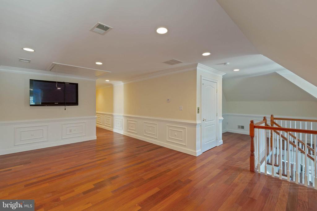 Sitting Area UL2 -  Back Staircase, TV, Elevator - 8033 WOODLAND HILLS LN, FAIRFAX STATION