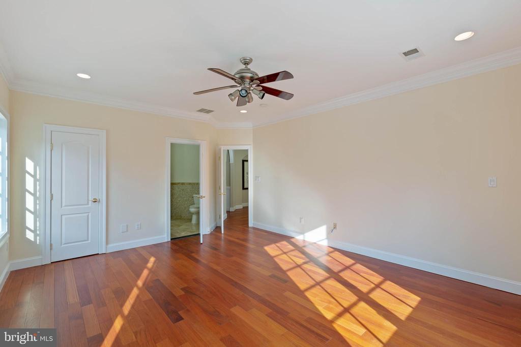 Bedroom 2 - private Full Bath, Walkin Closet - 8033 WOODLAND HILLS LN, FAIRFAX STATION