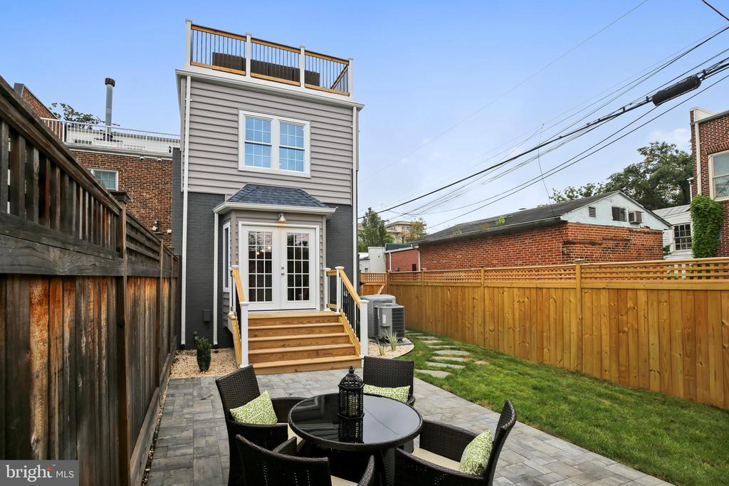 Great outdoor space AND rooftop deck! - 108 N PAYNE ST, ALEXANDRIA