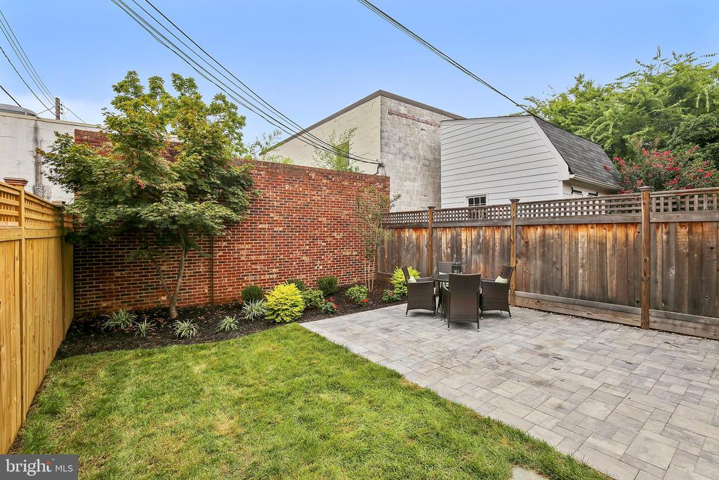 Fantastic outdoor living space! - 108 N PAYNE ST, ALEXANDRIA