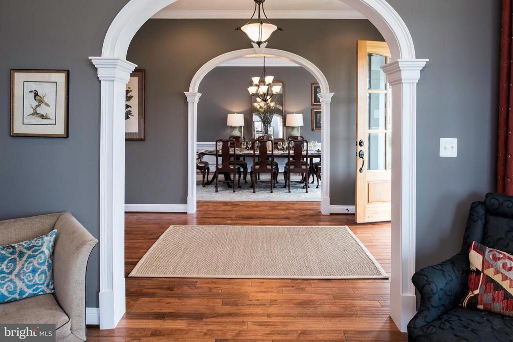 Trimmed arches in living & dining rooms - 18293 WILD RASPBERRY DR, PURCELLVILLE