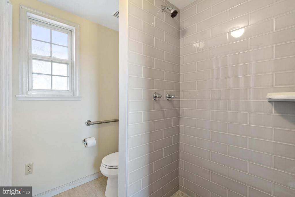 tiled shower - 19100 AIRMONT RD., PURCELLVILLE