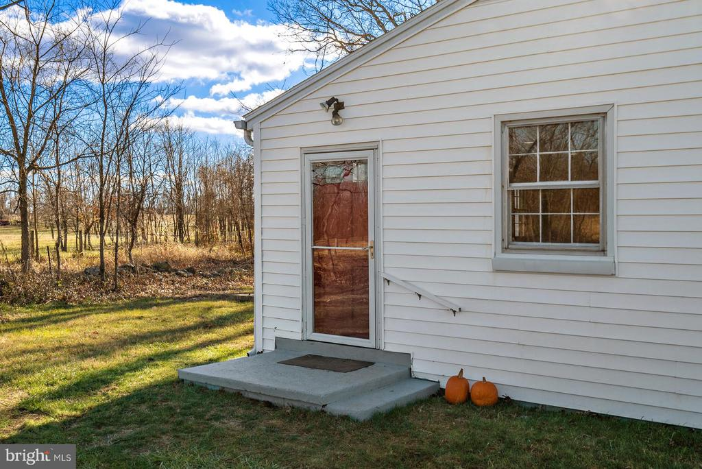 side entry from parking lot - 19100 AIRMONT RD., PURCELLVILLE