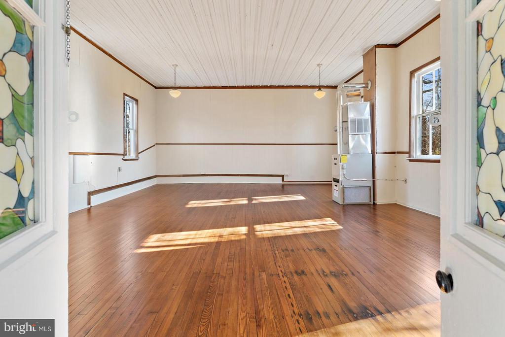 main room with high ceiling - 19100 AIRMONT RD., PURCELLVILLE
