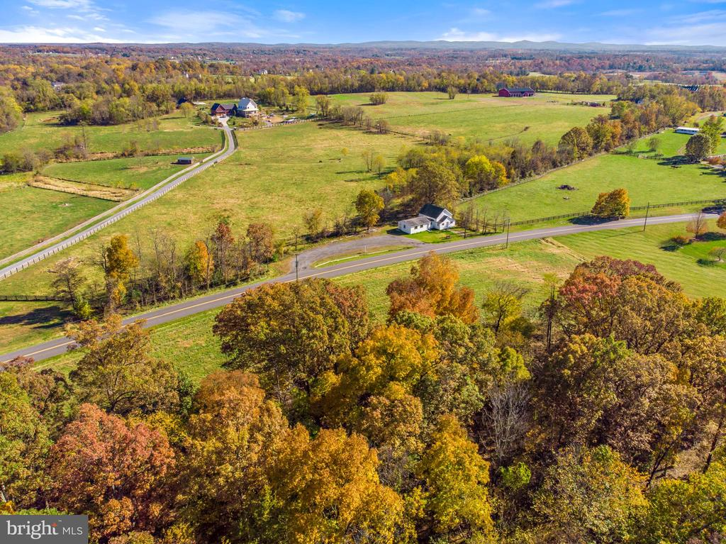 vineyards are within view - 19100 AIRMONT RD., PURCELLVILLE