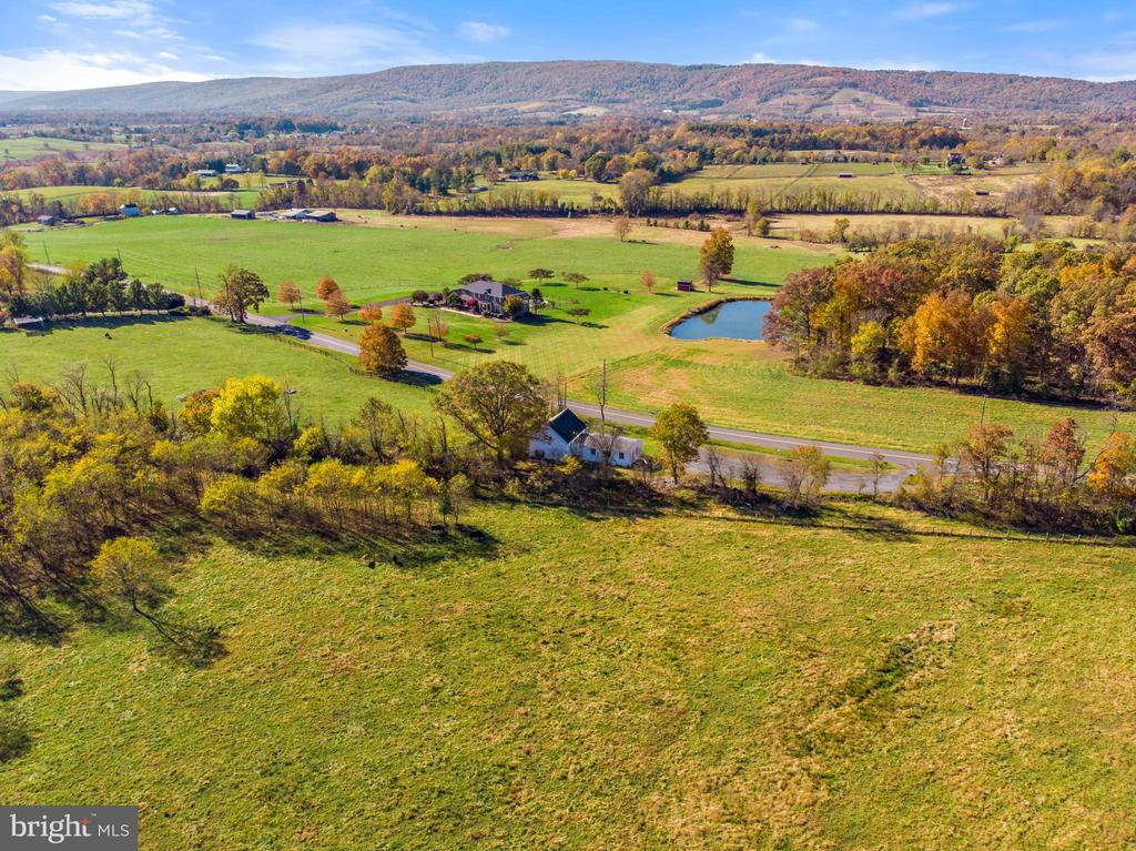 mountain, pond & vineyard view - 19100 AIRMONT RD., PURCELLVILLE