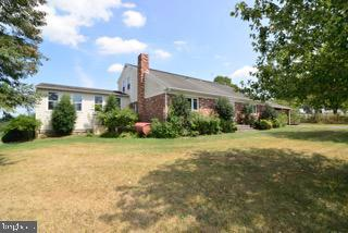 SPACIOUS HOME WITH FANTASTIC LIVING AREAS - 14290 CHAPEL LN, LEESBURG