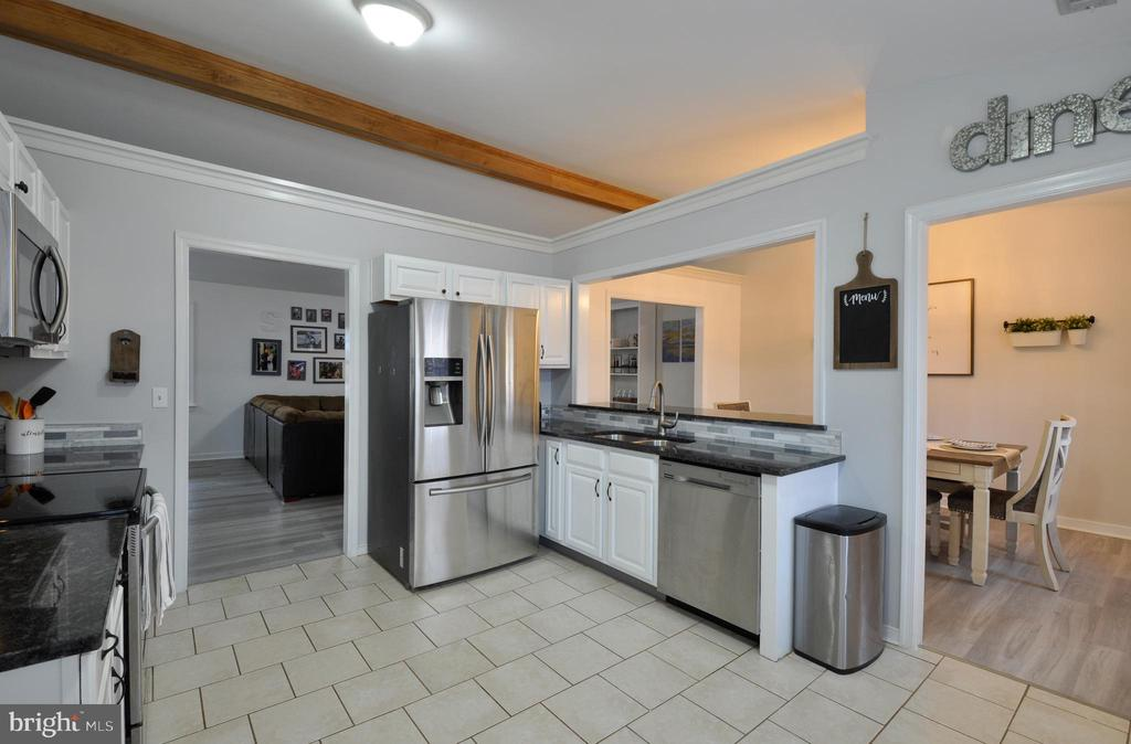 Open to dining room and great room, very welcoming - 309 STRATFORD CIR, LOCUST GROVE