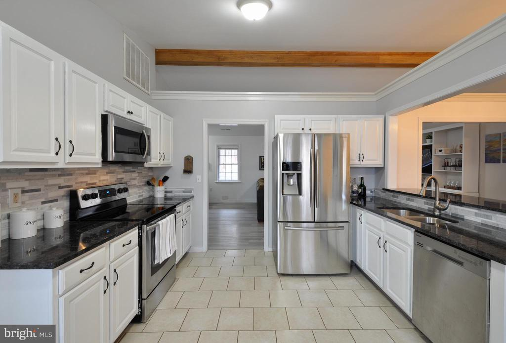 Lots of cabinet and counter top space - 309 STRATFORD CIR, LOCUST GROVE