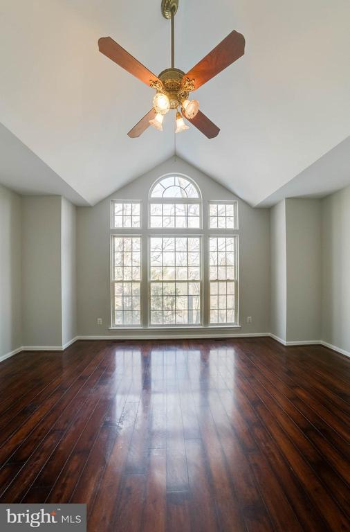 These beautiful windows look out to the lake - 21072 CARTHAGENA CT, ASHBURN