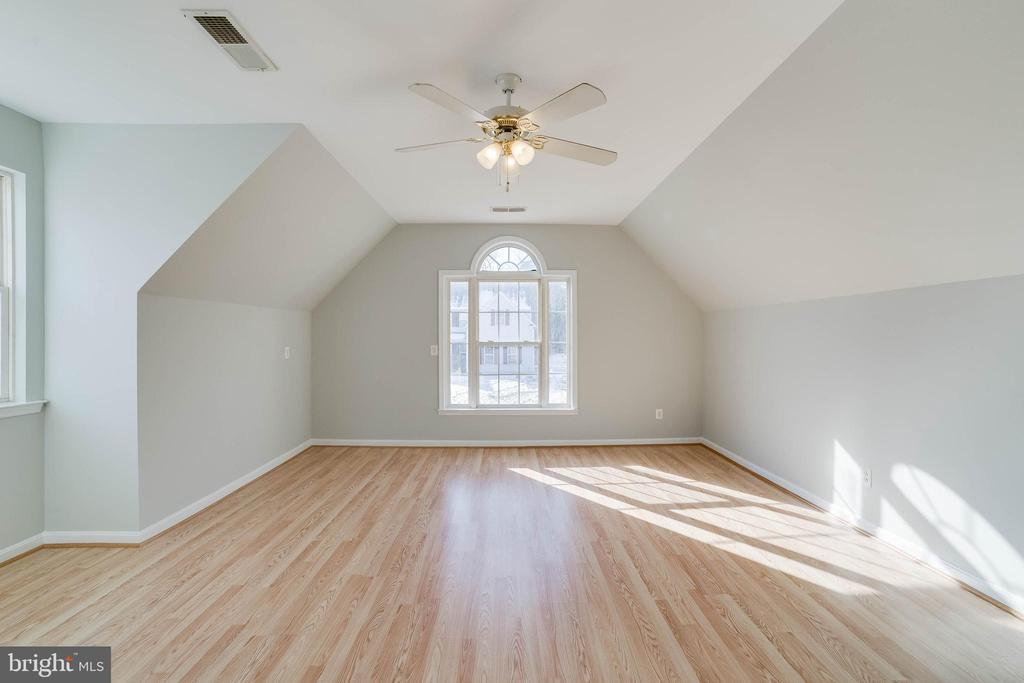 Huge upper level bedroom - 21072 CARTHAGENA CT, ASHBURN