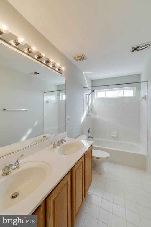 Upper level hall bath - 21072 CARTHAGENA CT, ASHBURN