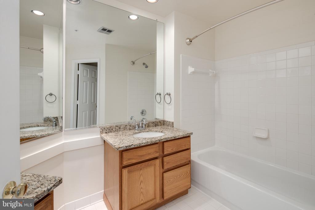 Dual sinks and water closet - 6814 BRINDLE HEATH WAY #257, ALEXANDRIA