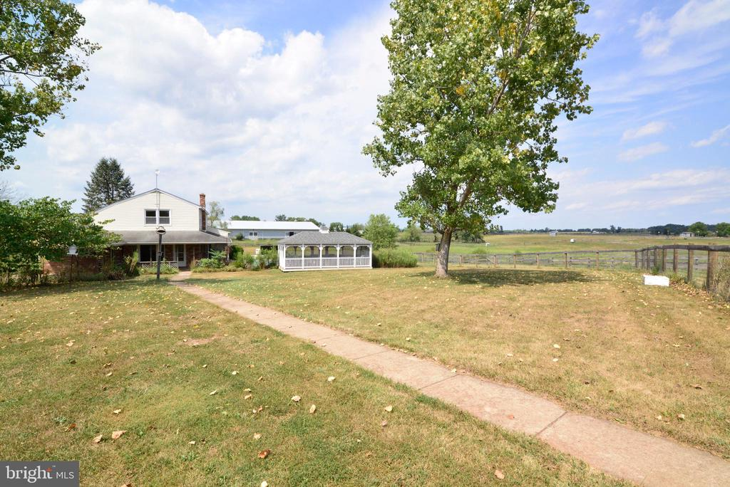 COUNTRY LIVING  15 MINUTES TO HISTORIC LEESBURG - 14290 CHAPEL LN, LEESBURG